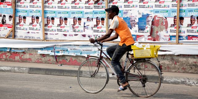 En gata Lagos kandat av affischer för sittande president Buhari. Sunday Alamba / TT NYHETSBYRÅN/ NTB Scanpix