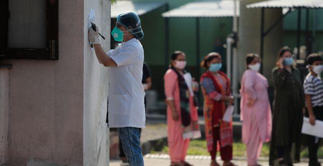 Kö till virustestning i Jammu i Indien. Channi Anand / TT NYHETSBYRÅN