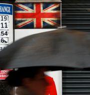 Arkivbild. Person går förbi växlingskontor i London. Kirsty Wigglesworth / TT NYHETSBYRÅN