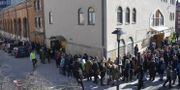 """En mänsklig ring slogs runt Stockholms moské vid Medborgarplatsen under fredagsbönen """"för rätten att be i trygghet"""". Henrik Montgomery/TT / TT NYHETSBYRÅN"""