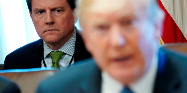Don McGahn sitter bakom Donald Trump. Jonathan Ernst / TT NYHETSBYRÅN