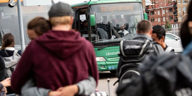 Passagerare väntar på ersättningsbussarna vid stationen i Hässleholm. Johan Nilsson/TT / TT NYHETSBYRÅN