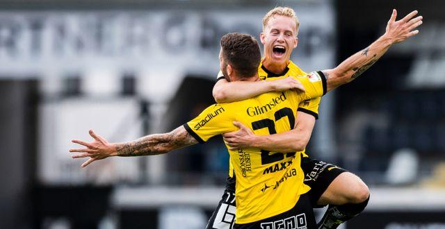 Gustav Berggren kastar sig i famnen på Joona Toivio. MICHAEL ERICHSEN / BILDBYRÅN