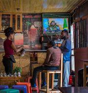 Etiopier följer nyhetsrapporteringen om kuppen på ett café i Addis Abeba. Mulugeta Ayene / TT NYHETSBYRÅN