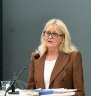Mari Andersson i bakgrunden.  Jessica Gow/TT / TT NYHETSBYRÅN