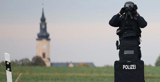 Polisen utanför Halle idag. RONNY HARTMANN / AFP