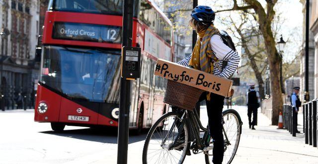 Kvinna i London med skylt till stöd för Johnson. Alberto Pezzali / TT NYHETSBYRÅN
