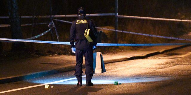 Polisens kriminaltekniker arbetar på Trebackalånggatan i Hässleholm på torsdagskvällen. Johan Nilsson/TT / TT NYHETSBYRÅN
