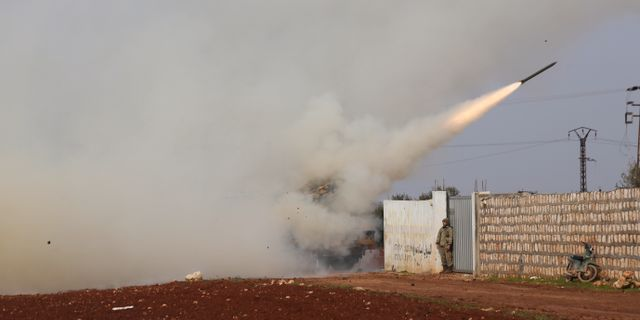 Turkisk militär avfyrar en missil mot syriska regeringsmål. Ghaith Alsayed / TT NYHETSBYRÅN