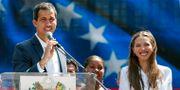 Juan Guaidó och hans fru Fabiana Rosales.  CARLOS GARCIA RAWLINS / TT NYHETSBYRÅN