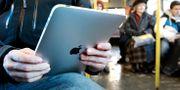 En person håller i en iPad. Aas, Erlend / TT NYHETSBYRÅN
