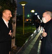 lham Alijev och Recep Tayyip Erdogan innan en privat middag i Baku. TT NYHETSBYRÅN