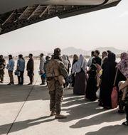 Evakuerade personer väntar på att gå ombord på ett amerikanskt plan i Kabul. Staff Sgt. Victor Mancilla / TT NYHETSBYRÅN
