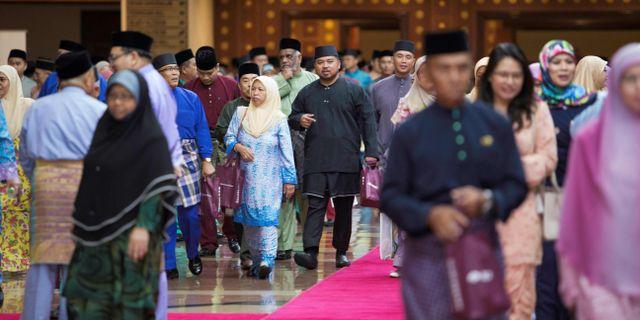 Åhörare efter att ha lyssnat på sultanen Hassanal Bolkiahs tal. - / AFP