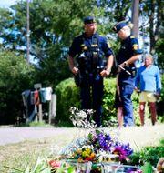 Poliser på platsen där olyckan inträffade. Mikael Fritzon/TT / TT NYHETSBYRÅN