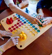Boenden inom äldrevården spelar spel. JESSICA GOW / TT / TT NYHETSBYRÅN