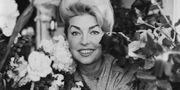 Git Gay med blommor efter premiären på Kar de Mummas revy på Folkan i Stockholm 1962. SvD / TT / TT NYHETSBYRÅN