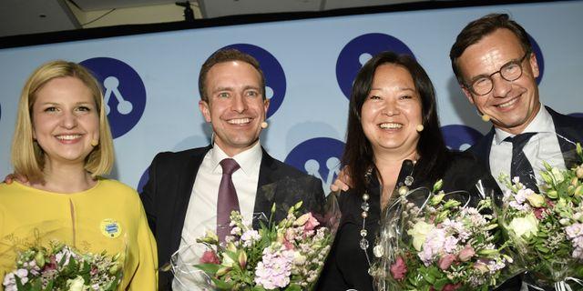 Arba Kokalari, Tomas Tobé, Jessica Polfjärd och Ulf Kristersson under partiets valvaka.  Stina Stjernkvist/TT / TT NYHETSBYRÅN