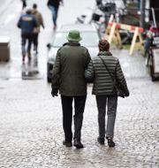 Pensionärer promenerar i Stockholm.  Amir Nabizadeh/TT / TT NYHETSBYRÅN