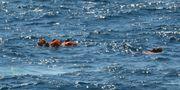 Migranter som slängt sig överbord. Salvatore Cavalli / TT NYHETSBYRÅN