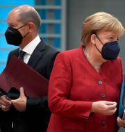 SPD:s Olaf Scholz och förbundskansler Angela Merkel (CDU). Michael Sohn / TT NYHETSBYRÅN