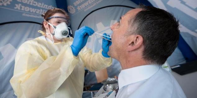 Illustrationsbild. En anställd vid Robert Koch-institutet i Tyskland testar en person för covid-19. MARIJAN MURAT / TT NYHETSBYRÅN