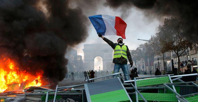 Protester längs Champs-Élysées den 24 november.  Michel Euler / TT NYHETSBYRÅN