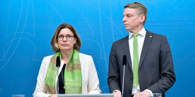Miljö- och klimatminister Isabella Lövin (MP) och bostadsminister Per Bolund (MP)  Stina Stjernkvist/TT / TT NYHETSBYRÅN