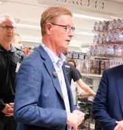 Gekås vd Boris Lennerhov till vänster om statsminister Stefan Löfven.  Jonas Lindstedt/TT / TT NYHETSBYRÅN