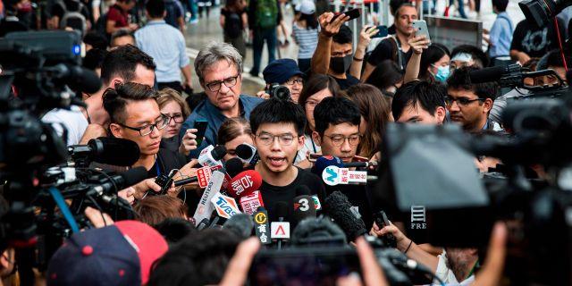 Joshua Wong efter att han släppts fri från fängelset på måndagen.  ISAAC LAWRENCE / AFP