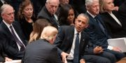 Donald Trump skakar hand med Barack Obama under George H. W. Bushs begravning.  Carolyn Kaster / TT NYHETSBYRÅN/ NTB Scanpix