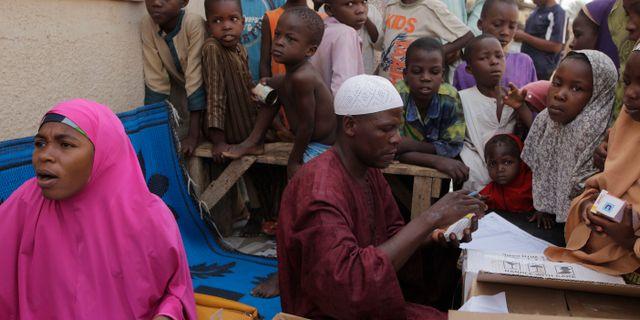 Barn väntar på att få sitt vaccin mot polio i Nigeria. Sunday Alamba / TT NYHETSBYRÅN