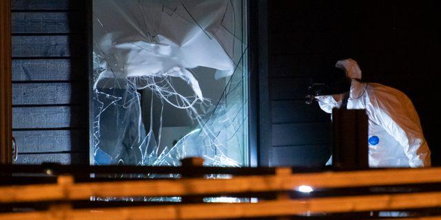 Polisens kriminaltekniker undersöker skadorna efter en detonation i en bostad i Helsingborg inatt.  Johan Nilsson/TT / TT NYHETSBYRÅN