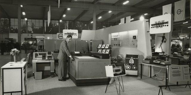 Mässmonter med stordatorutrustning. 1956-1959. Bilden är förmodligen från S:t Eriksmässan, Stockholm.  Ur Alwac AB:s arkiv hos Centrum för Näringslivshistoria.