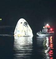 SpaceX-kapseln flyter på vattnet. TT NYHETSBYRÅN