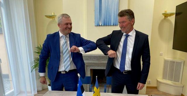 Kalev Kallemets (till vänster), vd för Fermi Energia, och Torbjörn Wahlborg, chef för affärsområde Generation vid Vattenfall, i samband med signering vid estländska ambassaden i Stockholm av avtalet som gör Vattenfall till minoritetsägare inom Fermi Energia. Pressbild