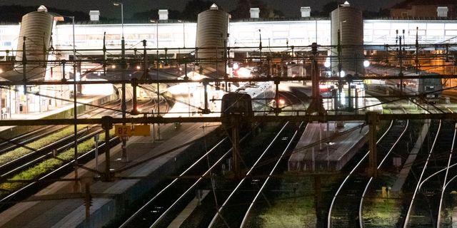 Stillastående och mörklagda tåg vid perrongerna på Hässleholm C natten till torsdagen efter en våldsam brand i en industribyggnad norr om stationen. Johan Nilsson/TT / TT NYHETSBYRÅN