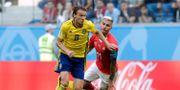 Albin Ekdal gör sig fri från Schweiz Valon Behrami HENRY ROMERO / BILDBYR N