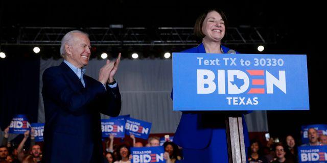Joe Biden och Amy Klobuchar. Eric Gay / TT NYHETSBYRÅN