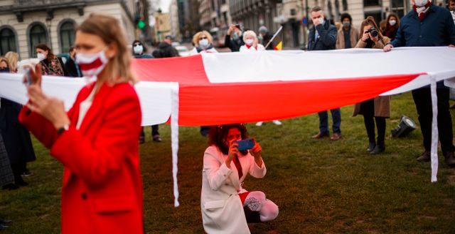 Oppositionella demonstrerar mot regimen i Belarus, utanför EU-parlamentet i Bryssel. Mars 2021. Francisco Seco / TT NYHETSBYRÅN
