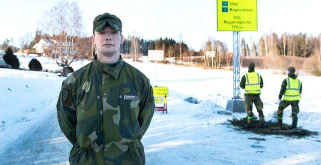 Soldaten Oskar Holmqvist bevakar gränsen vid Håvilsrud i Värmland. Tommy Pedersen/TT / TT NYHETSBYRÅN