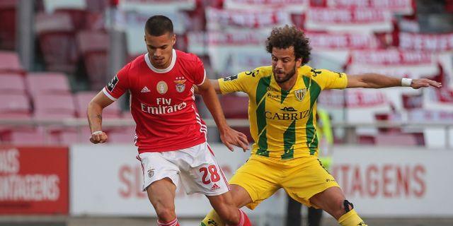 Benficas Julian Weigl i närkamp med Tondelas Joao Pedro. Tiago Petinga / TT NYHETSBYRÅN