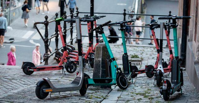 Felparkerade elsparkcyklar i Stockholm.  Christine Olsson / TT NYHETSBYRÅN