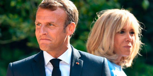 Frankrikes president Emmanuel Macron, tillsammans med sin fru Brigitte, vid den franska presidentens sommarresidens i samband med samtal inför G7-mötet. GERARD JULIEN / AFP