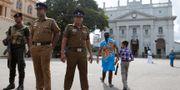 Soldater vaktar entrén till ett kloster i Colombo. Arkivbild.  Eranga Jayawardena / TT NYHETSBYRÅN/ NTB Scanpix