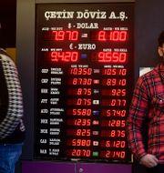 Valutaväxling i Istanbul i förra veckan. Liran har sedan dess försvagats ytterligare. TT NYHETSBYRÅN