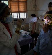 En patient som drabbats av svampinfektionen undersöks. Mahesh Kumar A / TT NYHETSBYRÅN