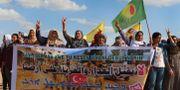Kurdiska kvinnor protesterar i gränsområdet mellan Turkiet och Syrien.  STR / TT NYHETSBYRÅN