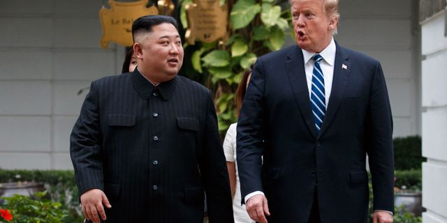 Kim Hong-Un och Donald Trump i samband med mötet i Hanoi. Evan Vucci / TT NYHETSBYRÅN