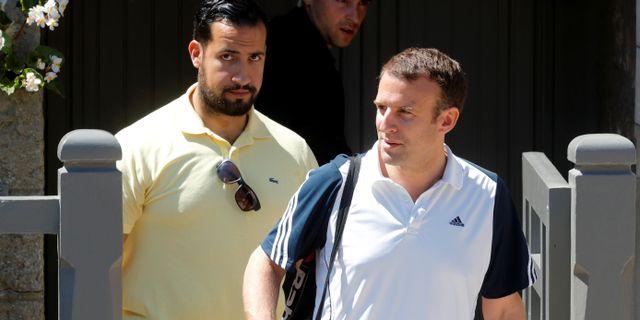 Alexandre Benalla och  Emmanuel Macron lämnar presidentens hem i juli.  PHILIPPE WOJAZER / TT NYHETSBYRÅN